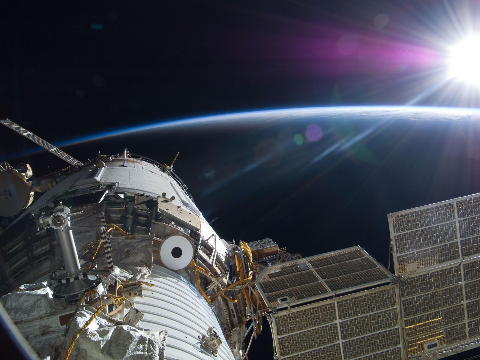 Красивые фотографии спутников в космосе