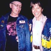 Ele é o da esquerda, o outro é o David Bowie.