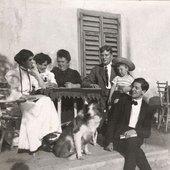Alban Berg mit seiner Familie. V.l.n.r.: Schwester Smaragda, Steffi, Mutter Johanna, Hermann, Neffe Erich Alban, Alban und der Hund Whisky. Photographie. Nachlass Alban Berg. Um 1908.