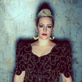 Alice-Russell_by_Kenny-Mc-Cracken_fond_bleu_face_OFFICIAL