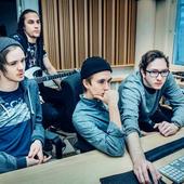 Jobbar hårt. David Vikingsson, David Strääf, Markus Videsäter och Johan Swärd ger allt för sin musik. (Bild ©2014 Emma-Sofia Olsson).png