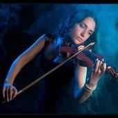 Мириам со скрипкой