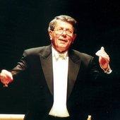 Raymond-Leppard-conducting.jpg