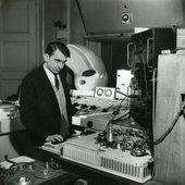Pierre-Schaeffer-au-phonogene-a-clavier-1951-©-Serge-Lido-INA-1200x1231.jpg
