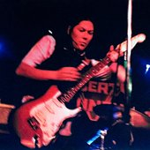 kim_deal_playing_guitar_with_the_amps-1.jpg
