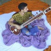 Vinadhara Vassuprem (violão, guitarra, djambe e voz)