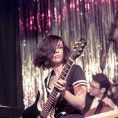 PRAG: Nora live mit Baritongitarre.