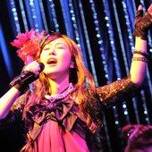 Akiko_shikata_singing.jpg