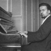 Giacinto-Scelsi-al-pianoforte.jpg