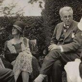 Walter_de_la_Mare,_Bertha_Georgie_Yeats_(née_Hyde-Lees),_William_Butler_Yeats,_unknown_woman_by_Lady_Ottoline_Morrell.jpg