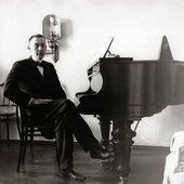 Sergei_Rachmaninoff,_1910s.jpg