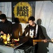 Bass Place Drums Please, Viktor Van River